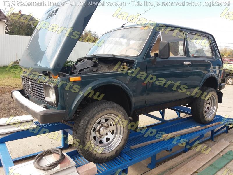 Lada Niva 1.7. üres kaszni, első és hátsó híd alatta, kerekek nélkül